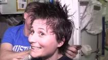 Come si tagliano i capelli nello spazio? La Cristoforetti dal parrucchiere