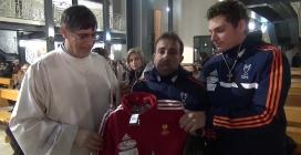 Parco Verde, Bruno Mazza consegna a don Maurizio il kit Adidas dell'associazione Cannavaro-Ferrara