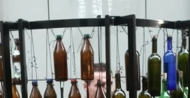 Trieste, artista di strada suona lo strumento fatto di bottiglie