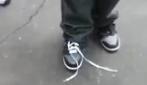 Si allaccia la scarpa senza usare le mani