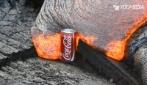 Quando la lava incandescente tocca una lattina di Coca Cola