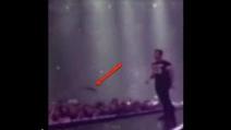 Adam Levine colpisce una fan alla testa con il suo microfono