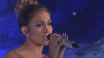 La spettacolare esibizione di Jennifer Lopez, il suo abito illumina tutto
