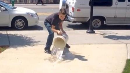 Versa acqua sul marciapiede e rivela un segreto incredibile