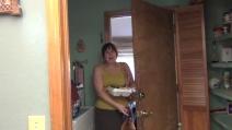 Scoppia in lacrime appena apre la porta di casa: una sorpresa emozionante