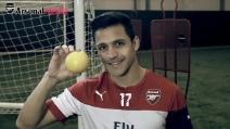 Alexis Sanchez palleggia con un pompelmo