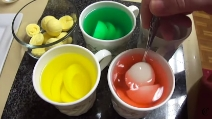Mette 4 uova sode in quattro tazze diverse, l'idea fantastica in vista di Pasqua