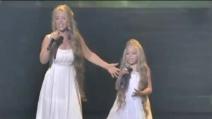Appena queste due sorelle inizieranno a cantare, il loro talento vi stupirà