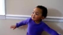 """Ha solo 17 mesi ma quando canta """"Amazing Grace"""" al suo papà è sensazionale"""