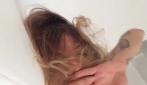 Naike Rivelli si risveglia seminuda in cucina con il gatto
