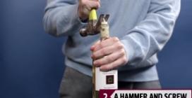 Prende un chiodo e un martello per aprire una bottiglia di vino