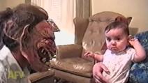Il bambino che non ha paura dei mostri ma piange quando vede il papà