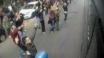 Torino, l'assalto di tifosi granata contro il pullman della Juventus