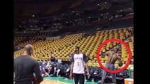 Da una parte all'altra del campo, canestro mostruoso di LeBron James