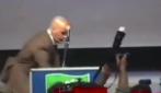 Berlusconi inciampa e cade dal palco durante il comizio