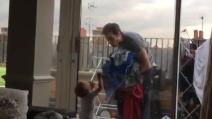 """Il bambino di un anno non parla, ma comunica così con il padre: uno """"strano"""" dialogo"""