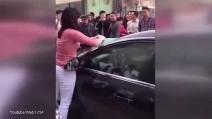 Lui la tradisce e la moglie furiosa reagisce così