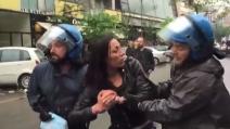 """""""Il tuo collega mi ha spaccato la testa a calci in faccia"""", la denuncia della manifestante"""