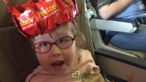 Festa di compleanno a sorpresa sull'aereo, l'emozionante storia della piccola Mazzy