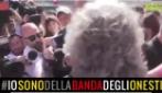 Beppe Grillo protesta contro le sospensioni dei parlamentari M5S, il sit-in davanti Montecitorio