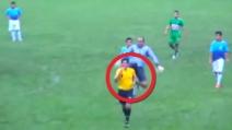Calcione all'arbitro dietro la schiena, il portiere rischia la squalifica a vita