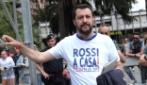 Uova, arance e scontri a Carrara per l'arrivo di Salvini