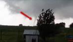 Riprende il cielo e vede un enorme tornado dirigersi verso di lei