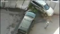 Tradisce la moglie e lei si vendica così! Povera auto!