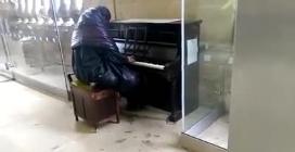 Il senzatetto che commuove i passanti con la sua maestria al pianoforte suonando Beethoven