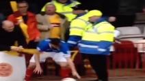 Tifoso del Motherwell colpisce con un ombrello l'avversario