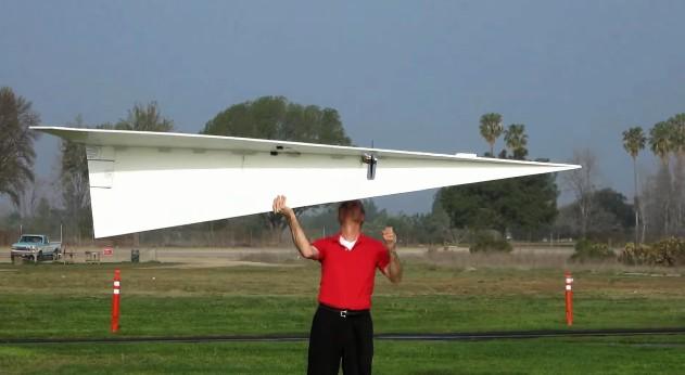 Costruisce l aereo di carta più grande del mondo ecco che