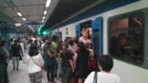 Metro Linea 2 - Napoli, Piazza Cavour, dopo 25 minuti di ritardo il treno arriva in queste condizioni