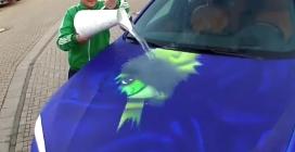 Versa l'acqua sull'auto ed ecco cosa compare sulla carrozzeria