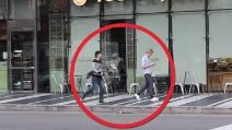 Corre in direzione di un ragazzo in strada: vi stupirete di quello che fa