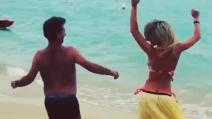 Maddalena Corvaglia e il ballo sexy in spiaggia