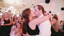 Aiuta l'amico ad organizzare la proposta all'amata, lo fa al suo matrimonio