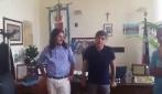 """""""Blitz"""" di Vincenzo Salemme al comune di Bacoli: l'attore dà il benvenuto al nuovo sindaco"""