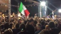 """A piazza Syntagma si canta """"Bella Ciao"""", anche una bandiera italiana sventola tra i manifestanti"""