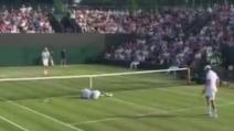 """Wimbledon, """"abbatte"""" il compagno di doppio con il servizio"""