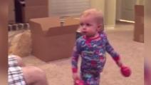 La bimba è gelosa dei suoi giochi: quando il papà li prende, la sua reazione è esilarante