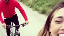 Belen Rodriguez e Andrea Iannone in bicicletta tra le montagne