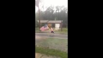 """""""Non ti temo"""": a petto nudo sfida l'uragano Matthew con una bandiera Usa"""