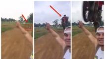 Prova un selfie pericoloso durante la gara di motocross: guardate come va a finire