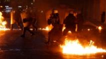 Scontri in piazza Syntagma tra manifestanti e polizia: petardi e gas lacrimogeni