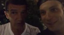 """Antonio Banderas canta """"COS COS COS"""" con Clementino"""