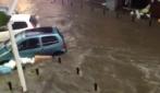 Maltempo in Campania, a Marano le auto galleggiano in strada