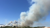 Incendio in Sardegna: gli abitanti in fuga sulle spiagge