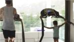 Il piccolo Thiago si allena a casa con papà Messi e mamma Antonella li riprende