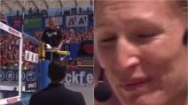 Si avvicina all'arbitro che scoppia in lacrime: la bellissima sorpresa