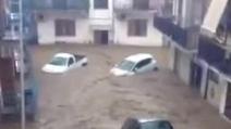 Rossano Calabro, alluvione in città: un fiume per le strade spazza via tutto